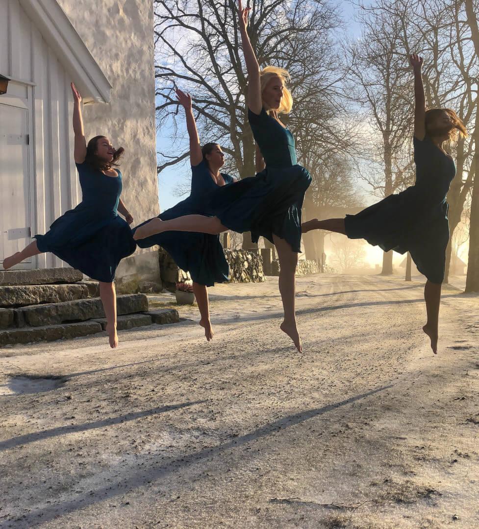 Fire kvinner i elegant hopp ute i snøen