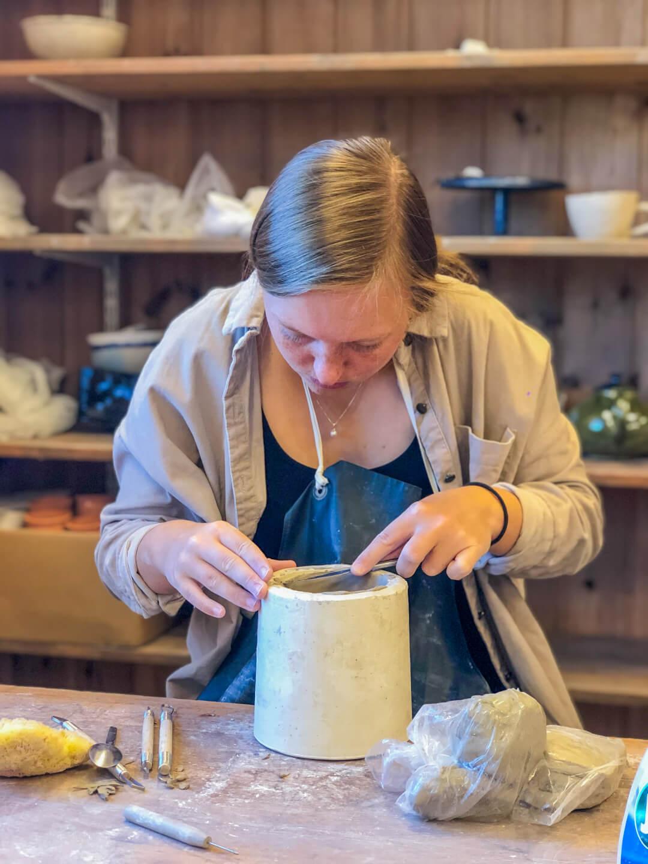 Elev som former keramikk