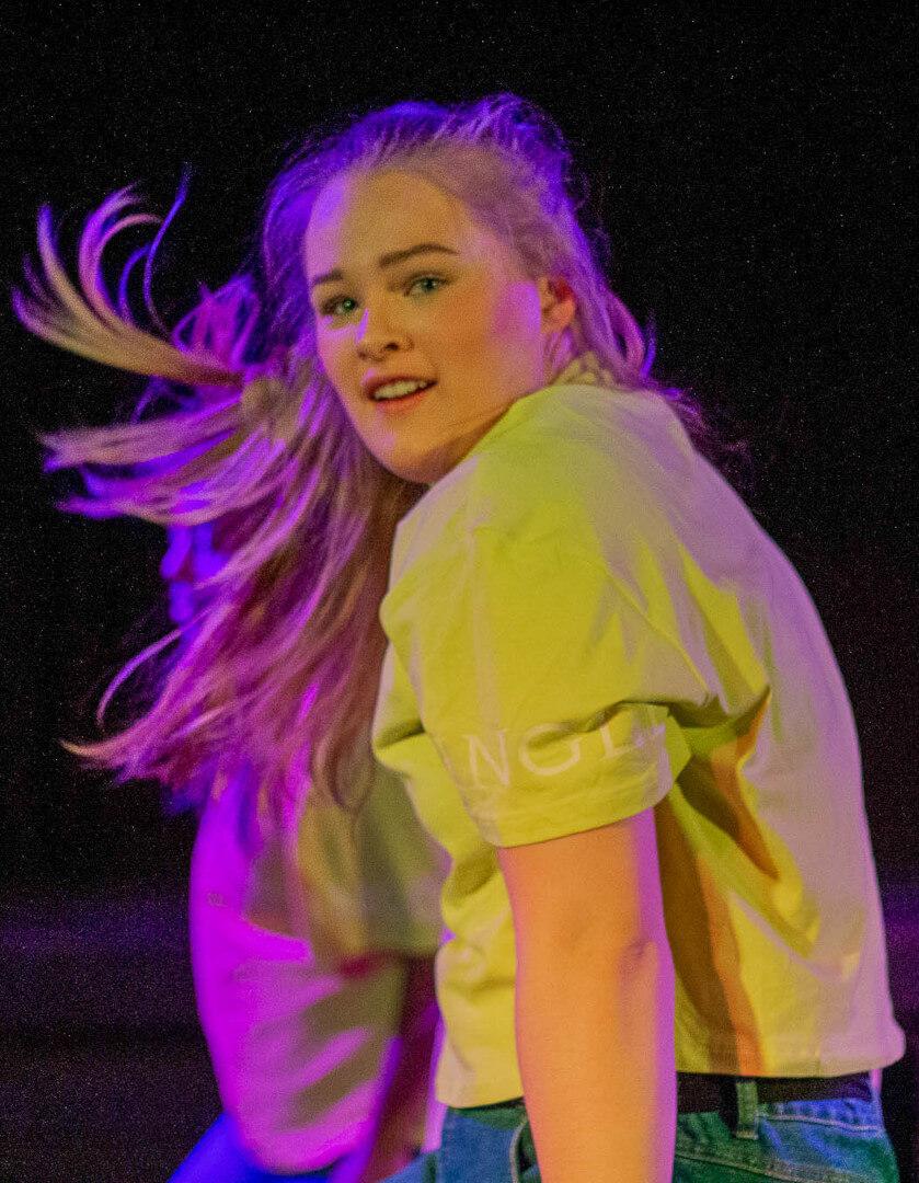 Jente som danser på scenen