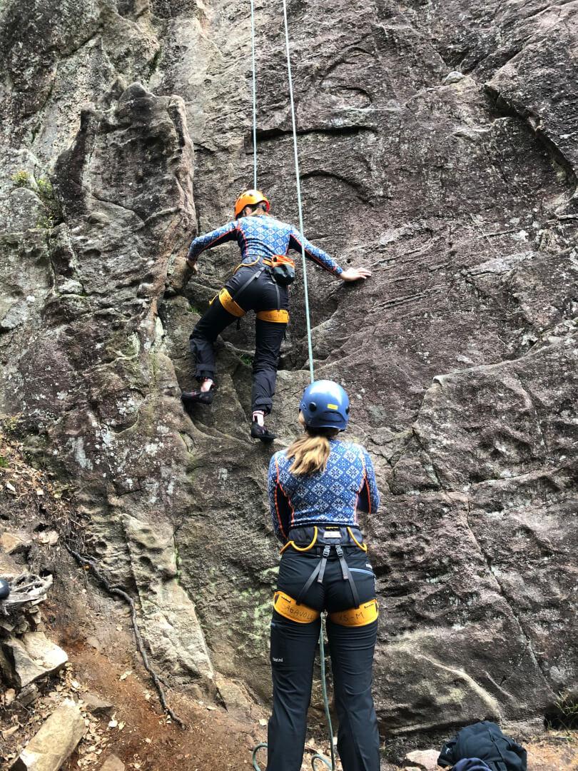 To elever som klatrer med sikring