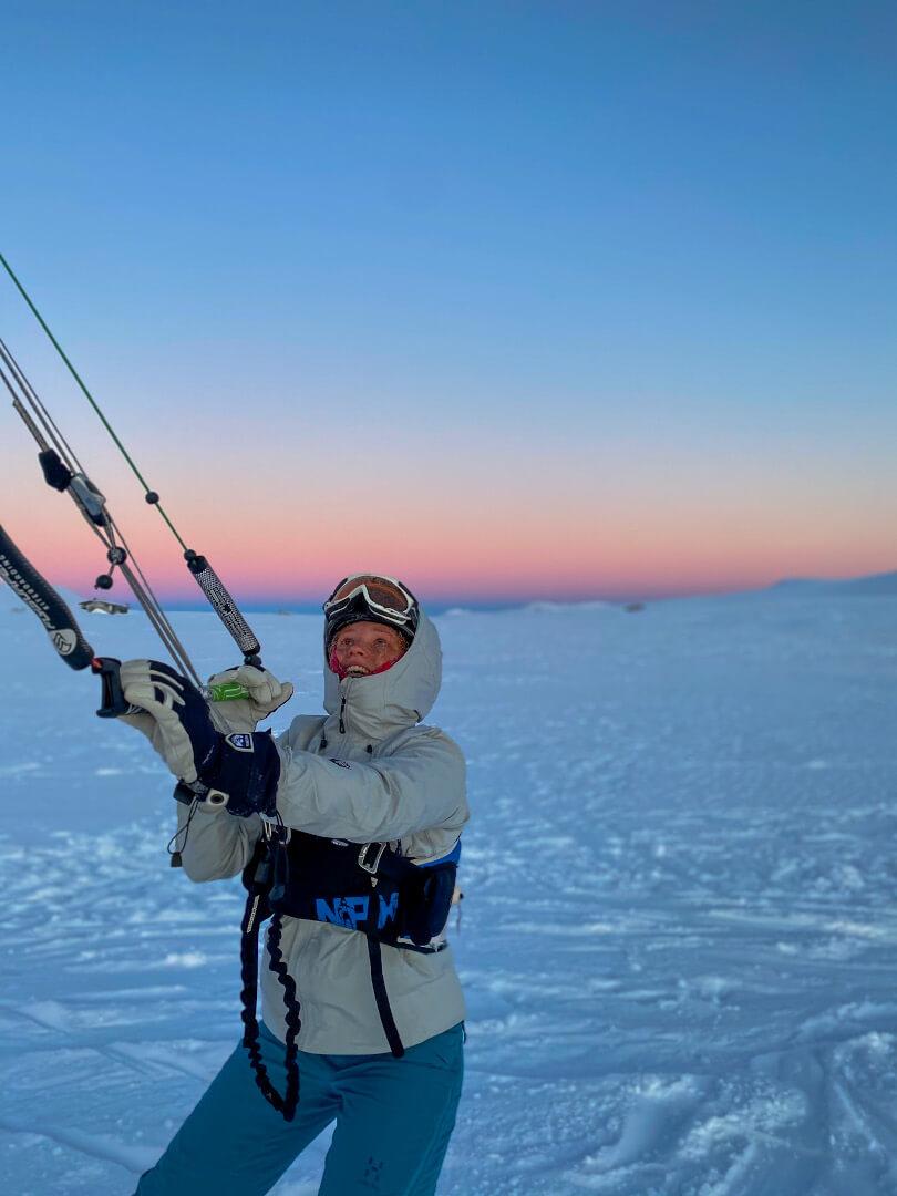 Kvinne i vinterklær som kiter