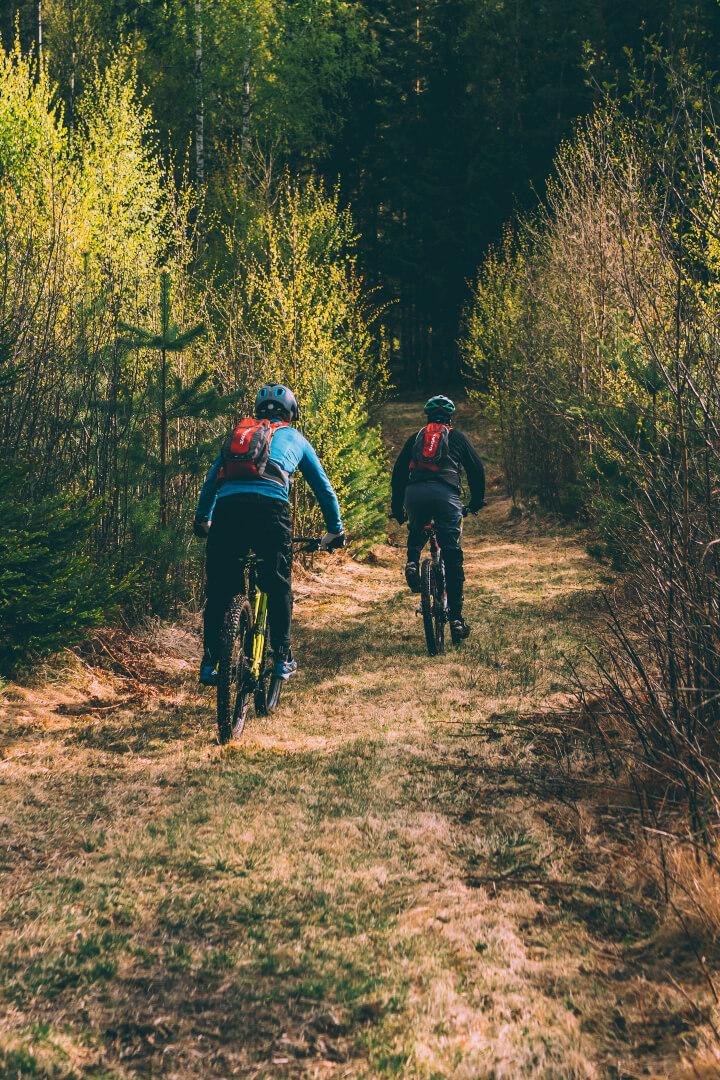 To personer på sykkel gjennom norsk natur