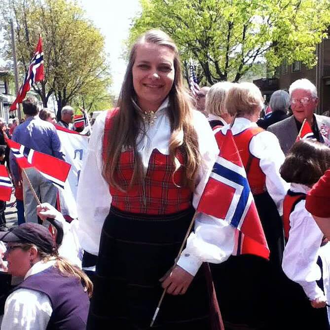 Kvinne i bunad med norsk flagg
