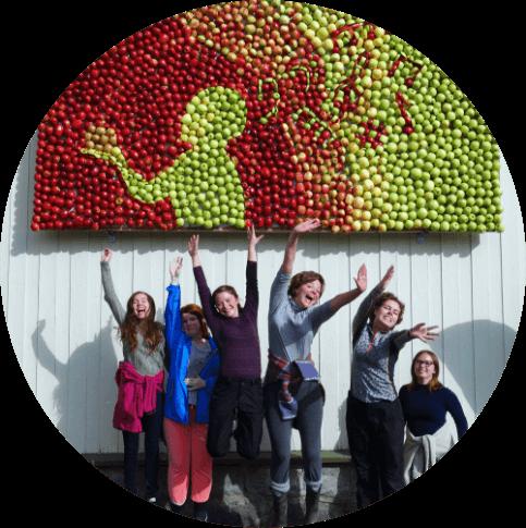 Elever med kunstverk laget av epler