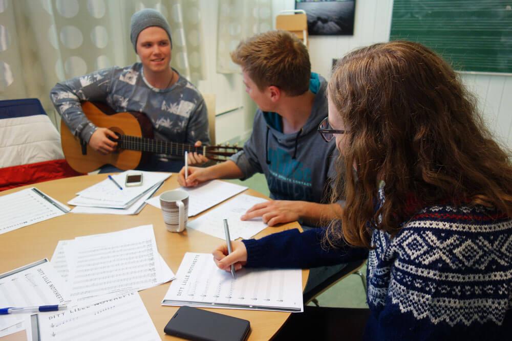 Elever som skriver musikk og spiller gitar