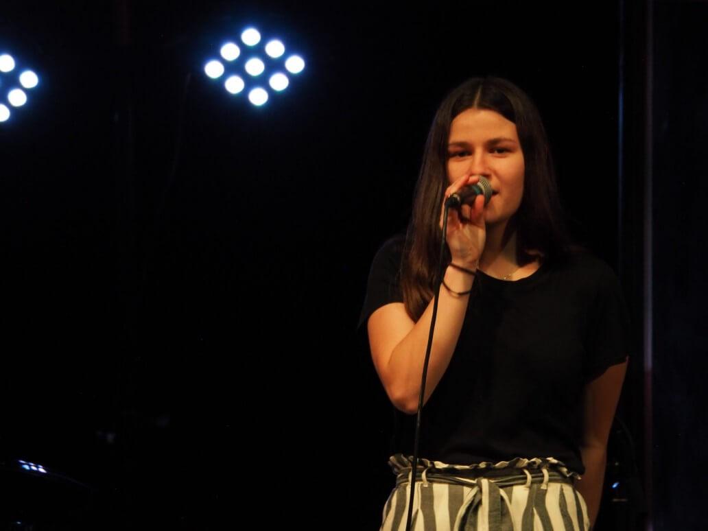 Kvinne som synger på scenen