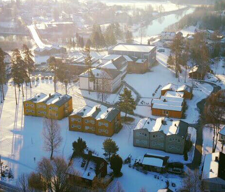 Bygningene ved Sagavoll Folkehøgskole om vinteren