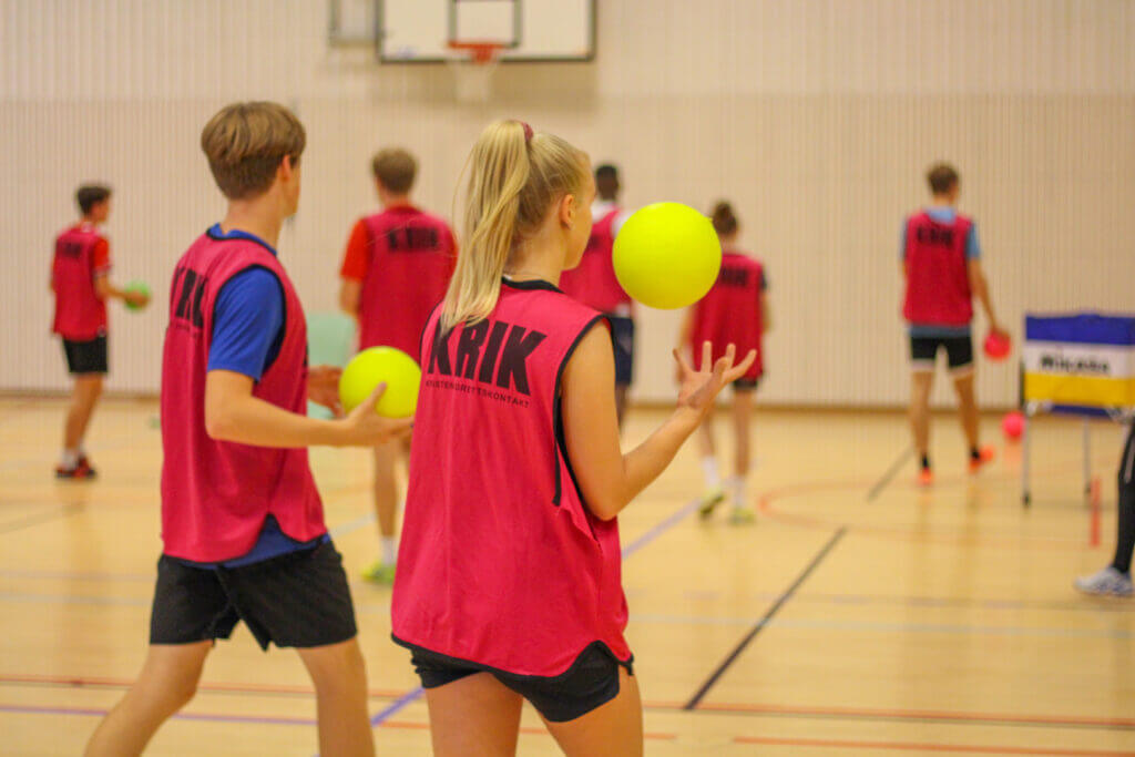 Elever som spiller ballspill i gymsal