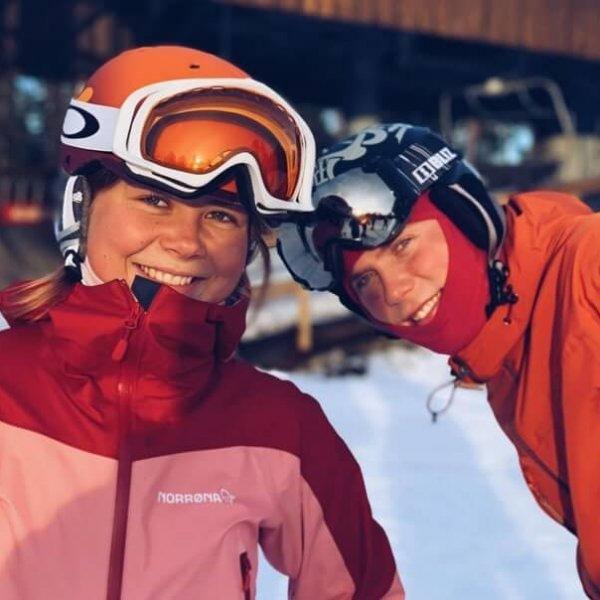 To elever med hjelm og slalåmbriller i snøen