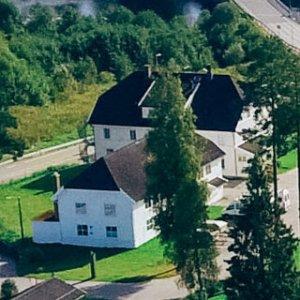 Foto av stor hvit bygning på Sagavoll Folkehøgskole