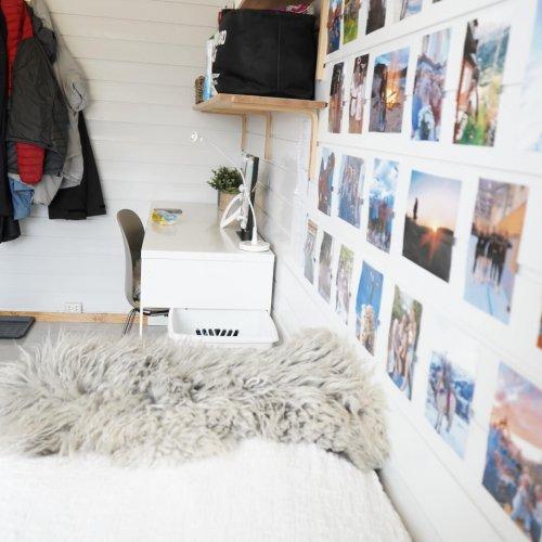 Seng og skrivebord i et av rommene på internatet