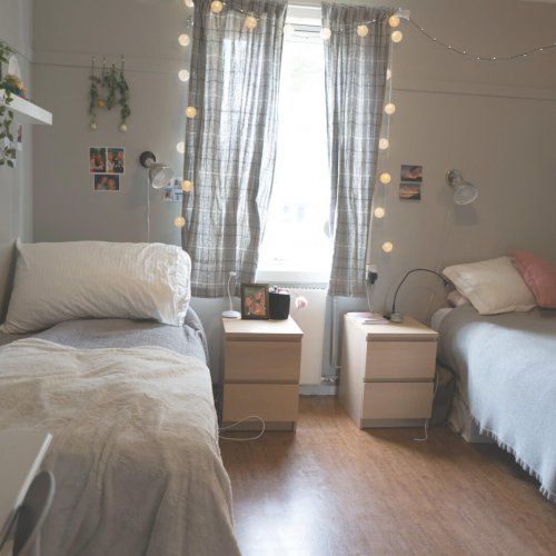 Koselig dobbeltrom i internatet dekorert med lyslenke